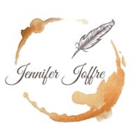logo du site : un rond laissé par une tasse de thé avec à l'intérieur une plume et le nom Jennifer Joffre